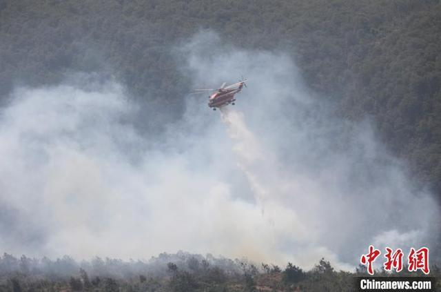昆明航空救援支队空中驰援 扑灭禄劝森林火灾