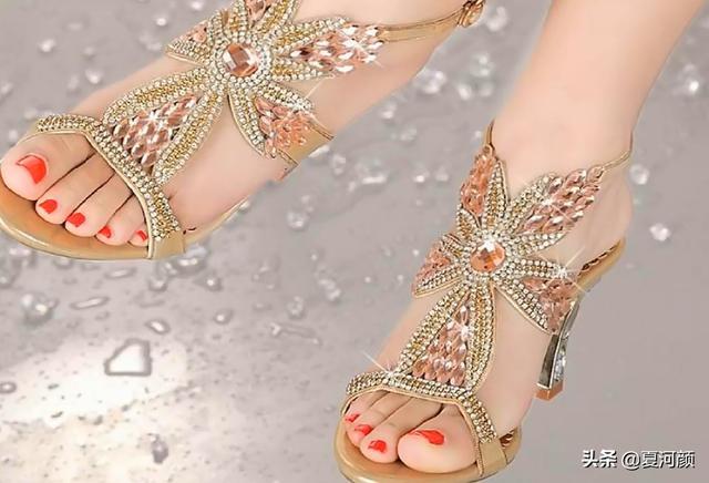 今年流行的水晶钻夏季凉鞋,时尚圈的新宠,哪一款是你的最爱?