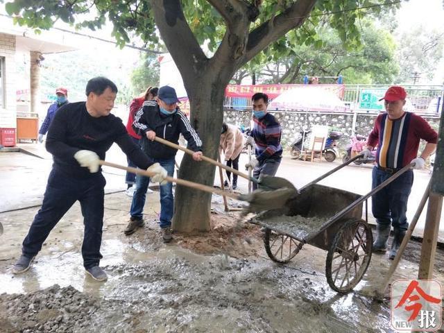 柳州市洛维社区:志愿者齐心协力修整道路,为龙化小区改造添砖加瓦