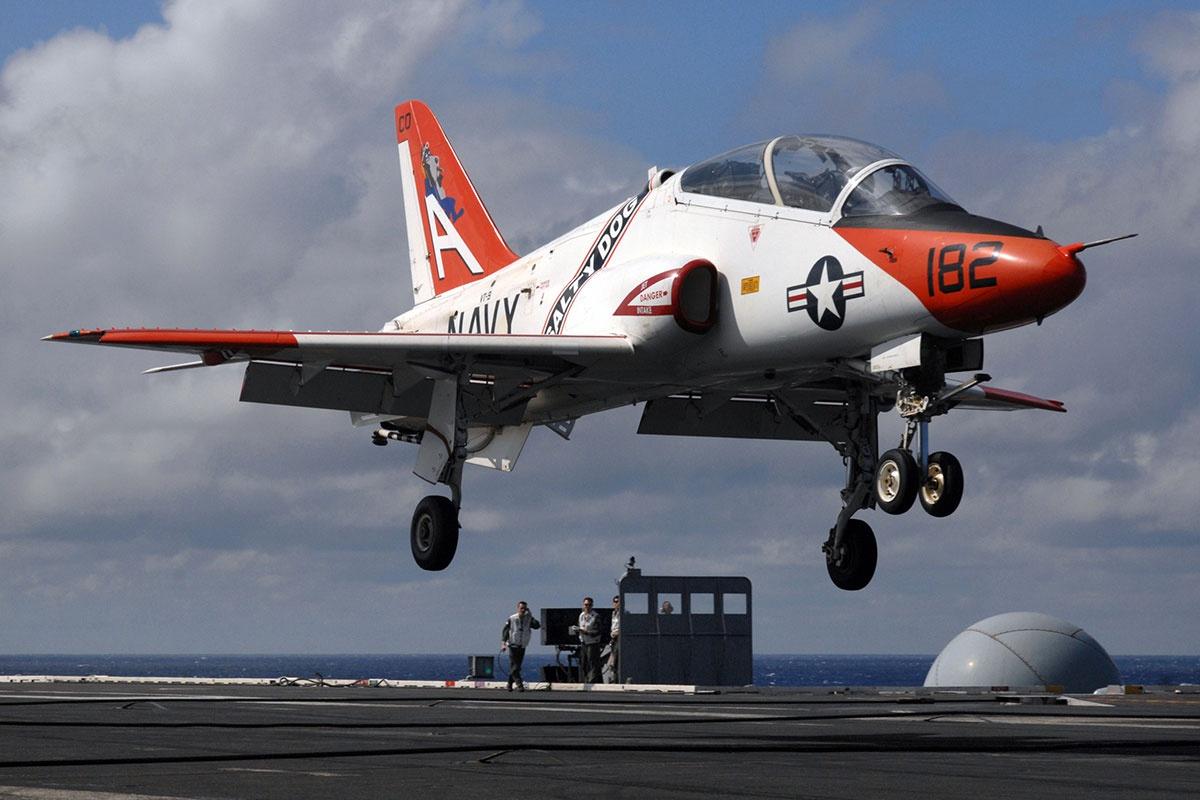 准备在航母高低降的美国海军T-45舰载锻练机