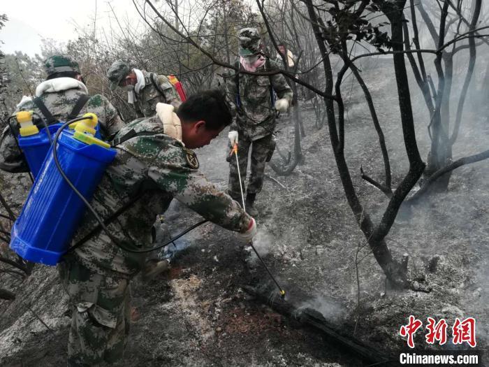 四川西昌森林火灾:2379人全力扑