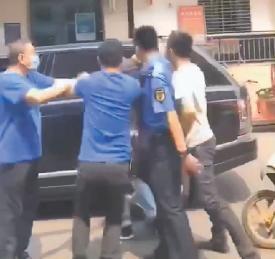 违章停车,父子俩被城管殴打?
