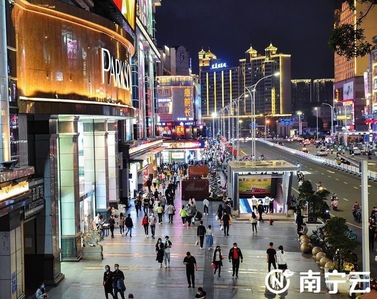 """南宁市经济社会秩序全面恢复,激发""""夜经济""""活力。图为到商圈逛街购物的市民不断增多。  记者潘浩 摄"""