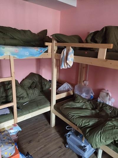 九亭一栋别墅挤进24张双人床 别墅内群租住了31人