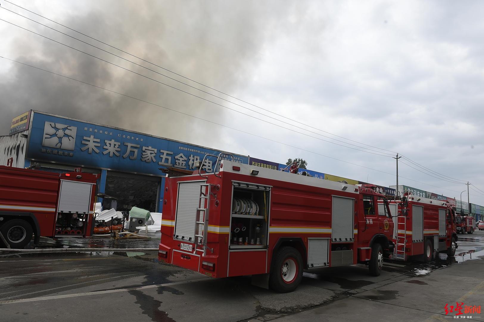成都新都区一家居材料商场突发火灾,现场浓烟滚滚