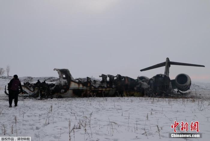 资料图:1月28日消息,阿富汗塔利班称击落一架美国中央情报局飞机。图为在阿富汗加兹尼省代赫亚克地区坠机现场拍摄的飞机残骸。