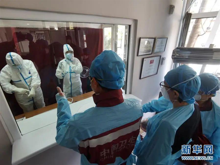 4月11日,在塞尔维亚都城贝尔格莱德,中国赴塞尔维亚抗疫医疗专家组在贝尔格莱德一所门诊走访,为医护职员的防护意识点赞。3月21日抵达塞尔维亚都城贝尔格莱德后,专家组没有苏息过一天,3个礼拜的时候,从南到北,走访了7座都会、22家医疗机构,召开了15场交换会、9场讲座,足迹险些笼罩了塞尔维亚全部泛起疫情的区域。新华社发(中国赴塞尔维亚抗疫医疗专家组供图)
