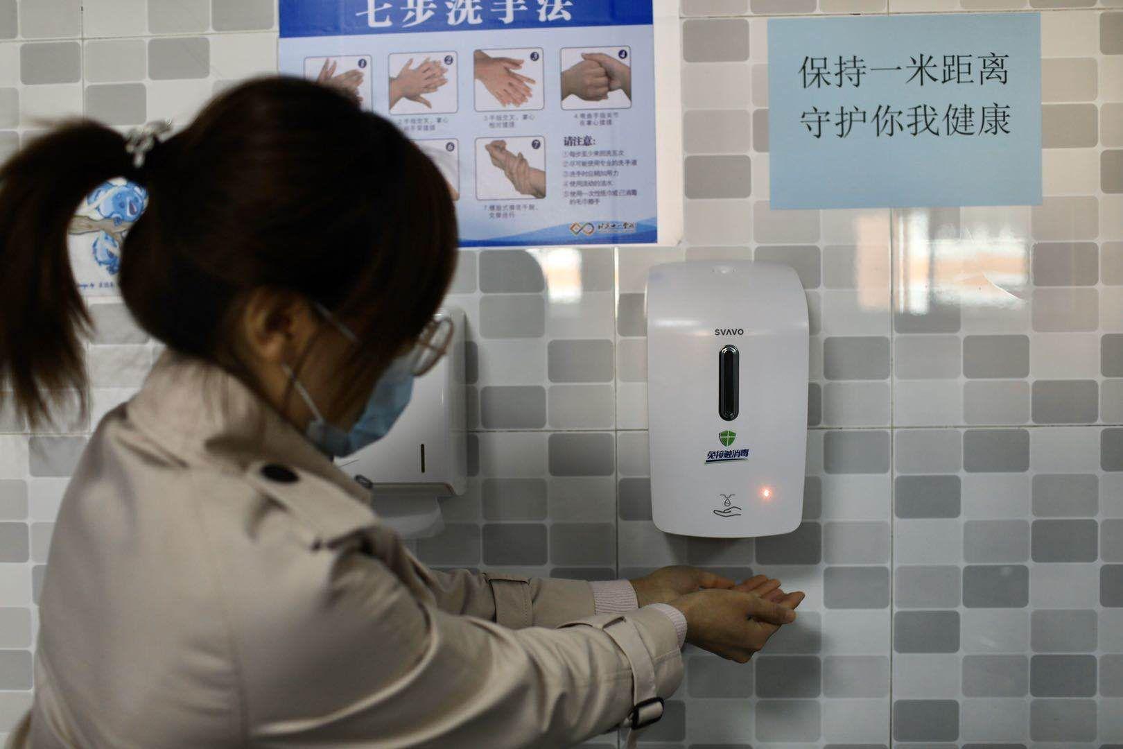 高中楼的卫生间所有换成了感到洗手池,制止打仗交织熏染。摄 新京报记者 浦峰