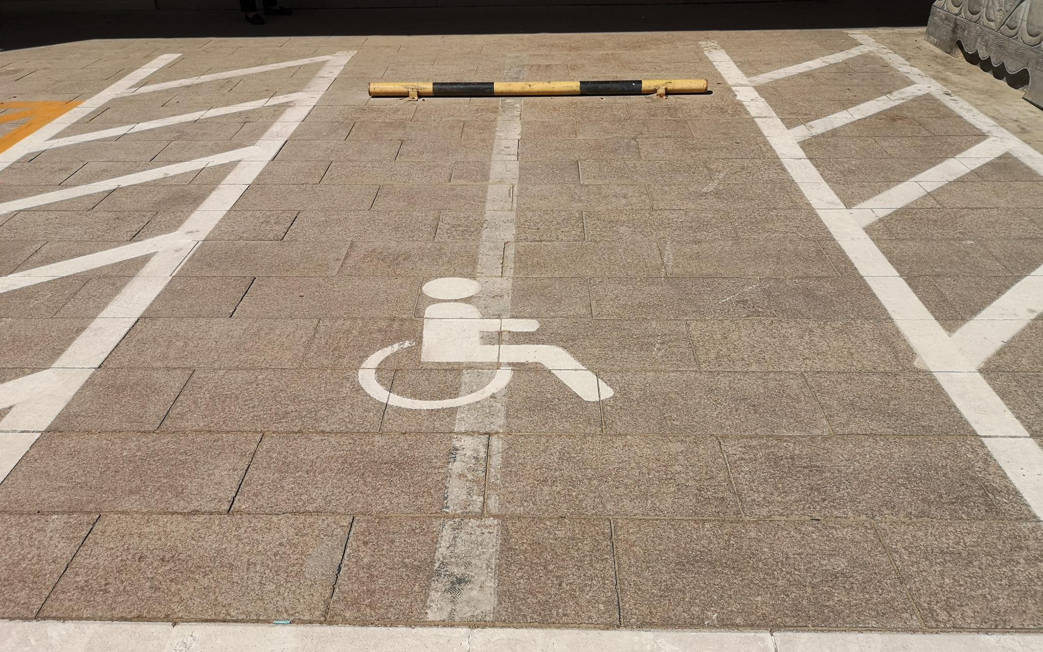 长安阛阓外配置的无障碍停车位。拍照/ 记京报新哲 黄者程。