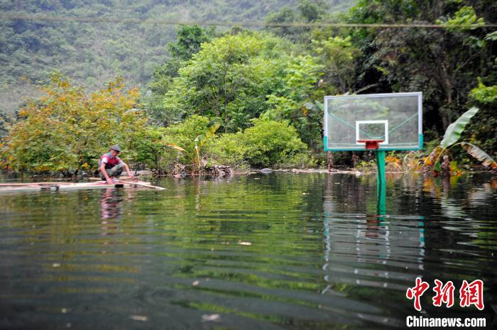 被淹没的篮球场露出半节篮球架。 蒋雪林 摄
