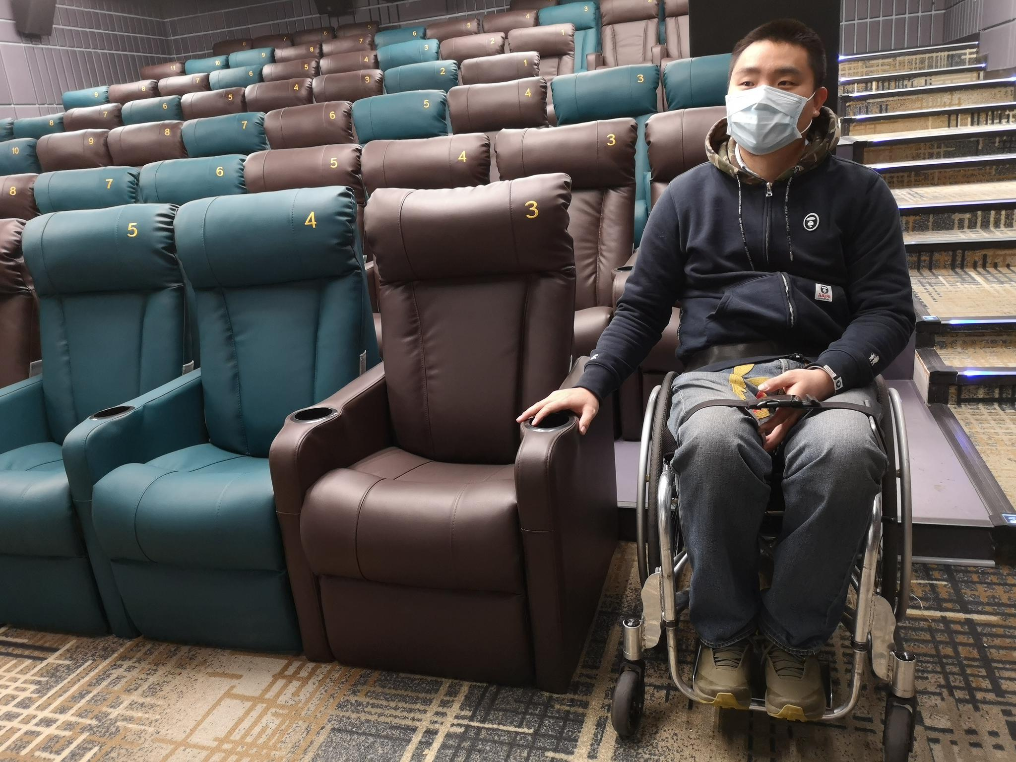 潘逸飞体验影院轮椅坐席。拍照/ 记京报新哲 黄者程。