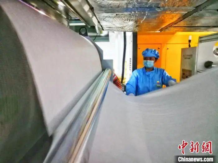 4月15日21时许,甘肃省首条熔喷布出产线在中国石油兰州石化公司建成,产物顺遂下线。刘延治 摄