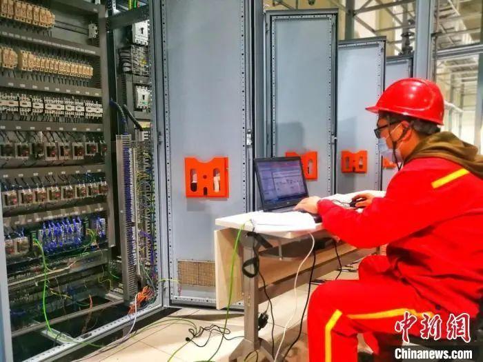 兰州石化员工加班加点完成熔喷布出产线建立。刘延治 摄