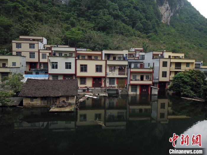 航拍被积水淹房子的龙北屯。 俞靖 摄