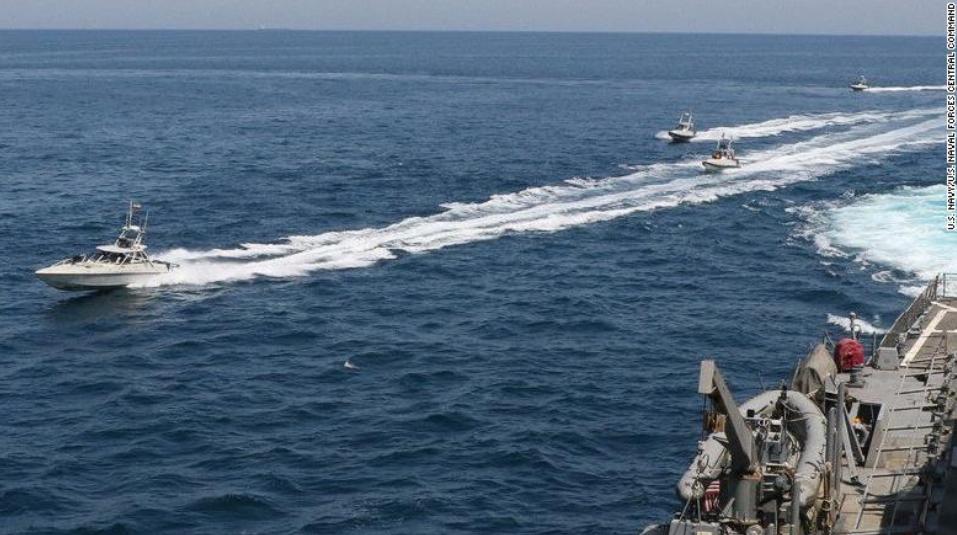 """美方所谓""""伊朗骚扰美国军舰""""的照片,图源:CNN"""