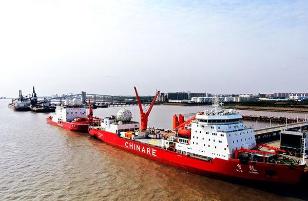 """""""雪龙""""号、""""雪龙2""""停靠上海极地研究中心码头。 中国极地中心供图(下同)"""
