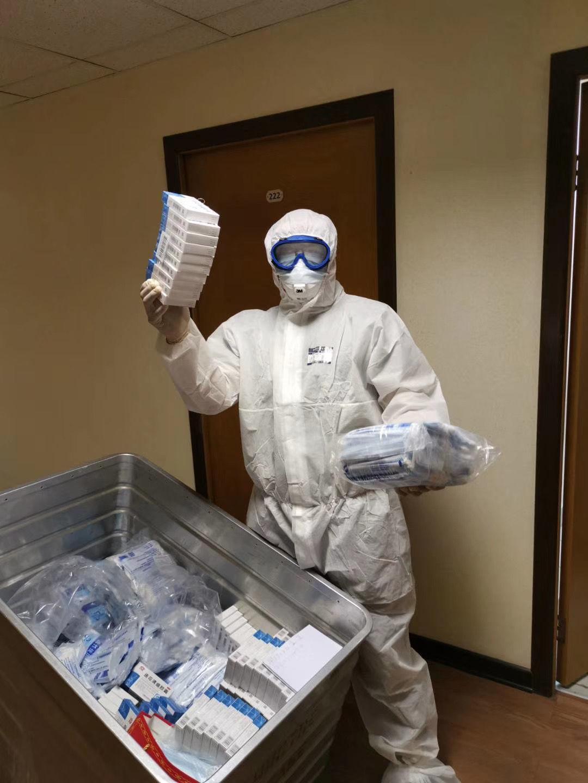 正在分发药品的安东尼。受访者供图