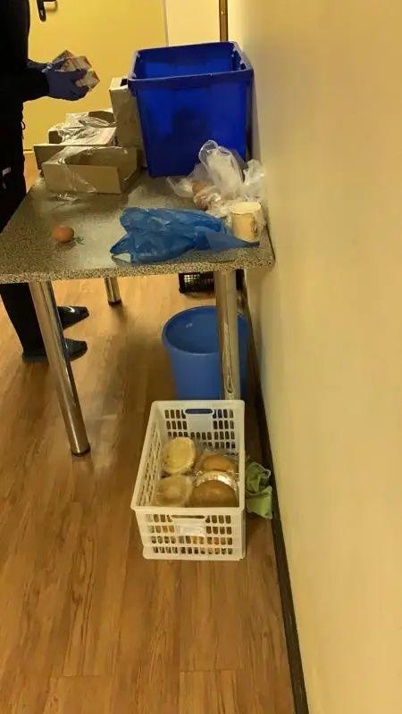 事情职员将食品和药品放到桌子上,断绝职员自行拿取。受访者供图