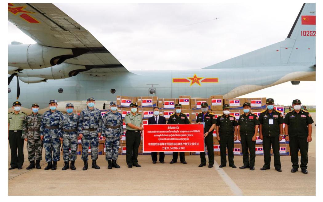 中国人民解放军援老抗疫医疗专家组一行5人乘空军运输机抵达老挝都城万象。/使馆网站截图