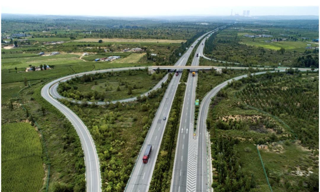穿越毛乌素沙漠的榆靖高速,是中国建成的第一条沙漠高速公路 图源:新华社