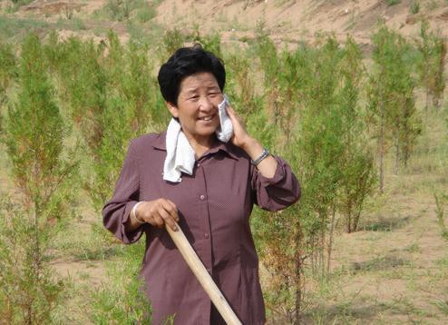 """""""我治沙种树,不是奔着荣誉去干的。其实,这是我的责任,我要当好致富的带头人,沙漠绿化的带头人。""""——牛玉琴 图源:网络"""