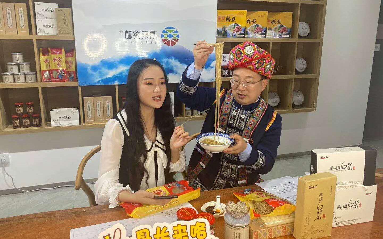 2020年4月,袁宏卫在直播中现场品尝本地特色甘薯粉丝。受访者供图