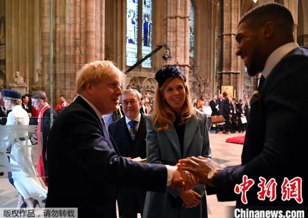 当地时间3月9日,在伦敦威斯敏斯特教堂举行的英联邦日仪式上,约翰逊和未婚妻西蒙兹与英国拳击手安东尼·约书亚交谈。