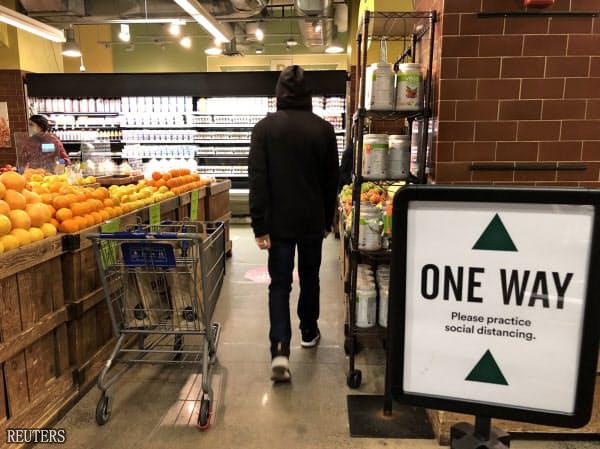 纽约一家超市提醒顾客保持距离。图源:路透社