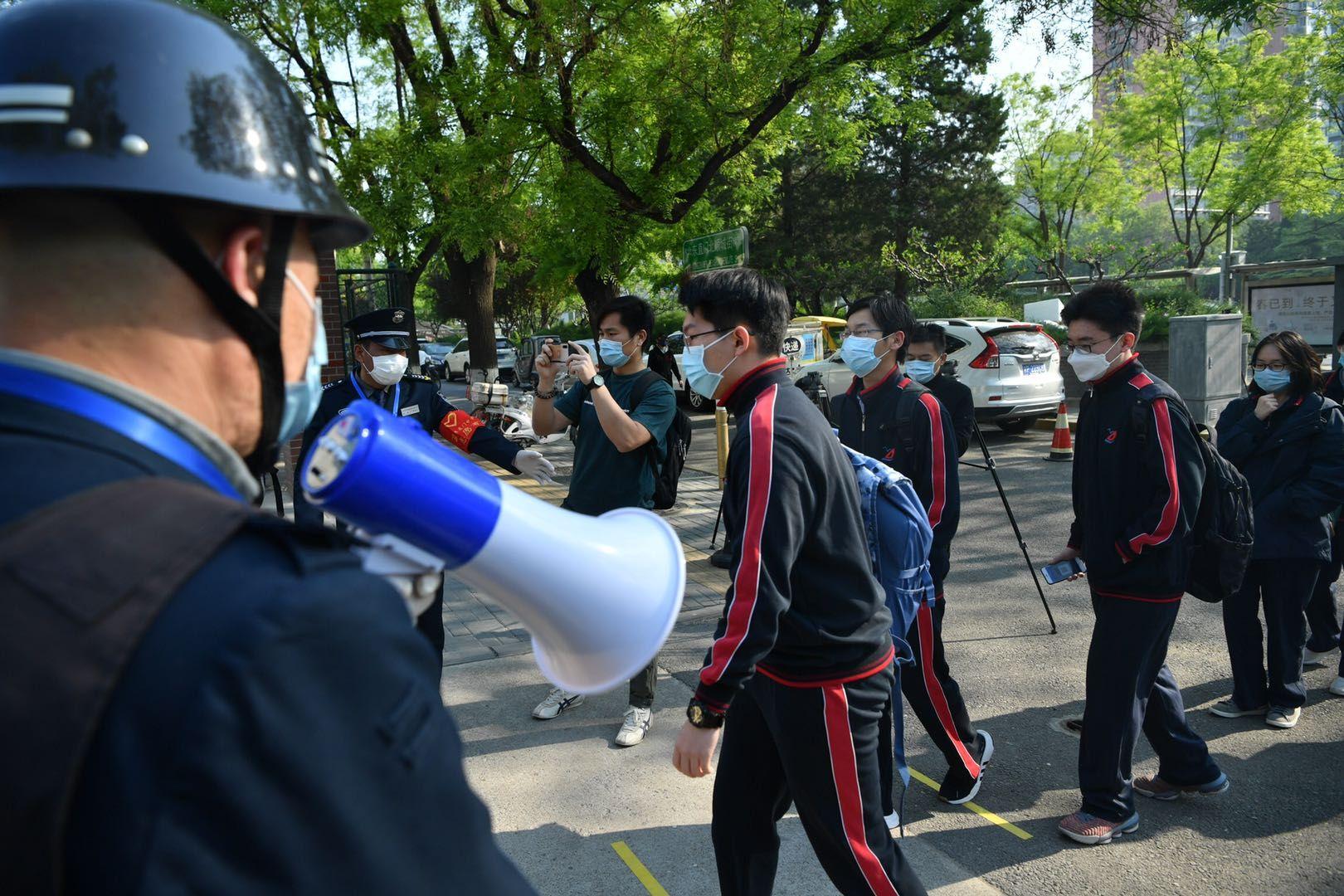摩天测速:复课首日学摩天测速生出示健康码进校警方图片
