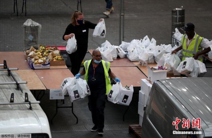 """在新冠疫情期间,平时主要作为举办展览和赛事场地的英国伦敦亚历山德拉宫""""变身""""食品发放处,供一些民间慈善机构和社区组织为需要帮助的群体提供援助。"""