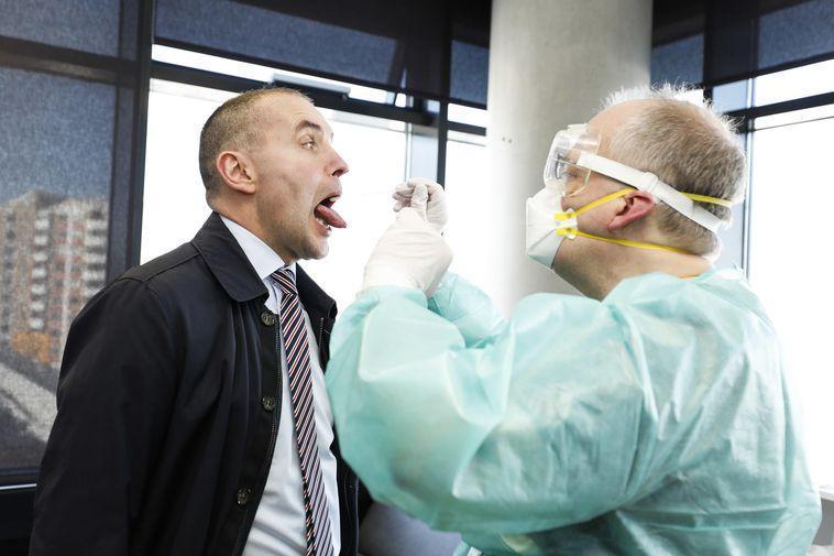冰岛总统约翰内森正在接受新冠病毒筛查。图据mbl.is