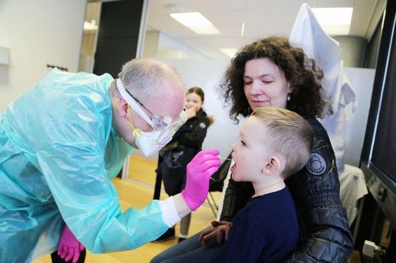 冰岛民众在DeCode实验室接受检测。图据彭博商业周刊