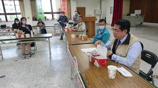 """黄伟哲(右一)图源:台湾""""中时电子报"""""""