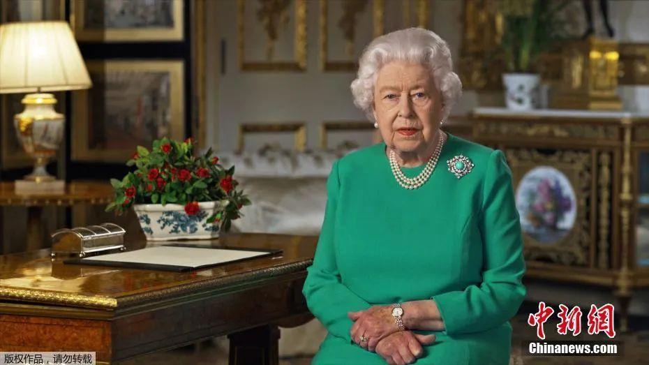 """当地时间4月5日,英国女王伊丽莎白二世向全英国民众发表电视讲话,鼓励民众""""团结、坚定"""",在抗击新冠病毒疫情斗争中""""取得成功""""。"""