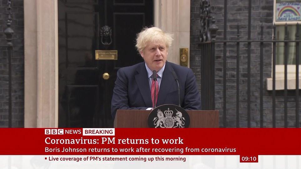 """▲   当地时间27日,""""复工""""第一天的约翰逊在首相府发表电视讲话。图据BBC"""