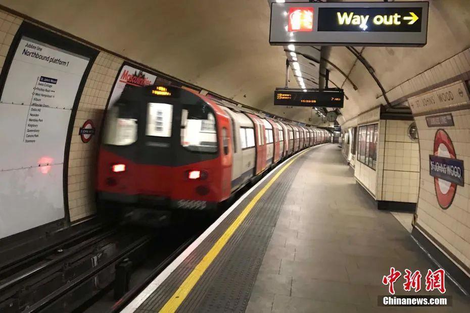 图为疫情下,空无一人的伦敦地铁车站站台。中新社记者 张平 摄