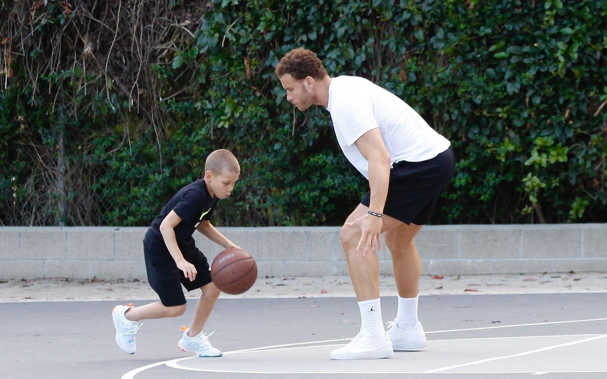 疫情期间,格里芬带着儿子在户外球场练习。图/视觉中国
