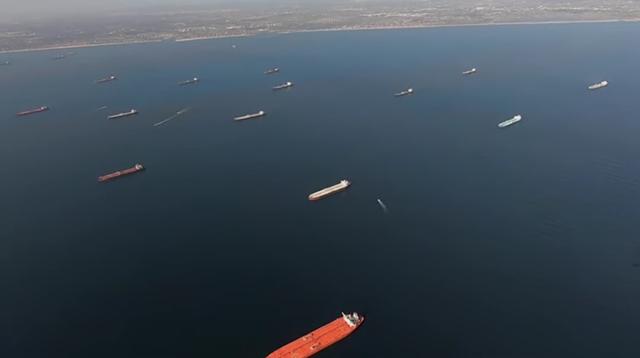 4月24日,在加州近岸等待卸货的油轮 视频截图