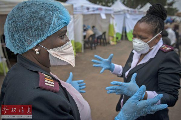 资料图片:4月8日,在南非约翰内斯堡,医护人员在新冠病毒检测站工作。(图片来源:新华社 彩色通稿)