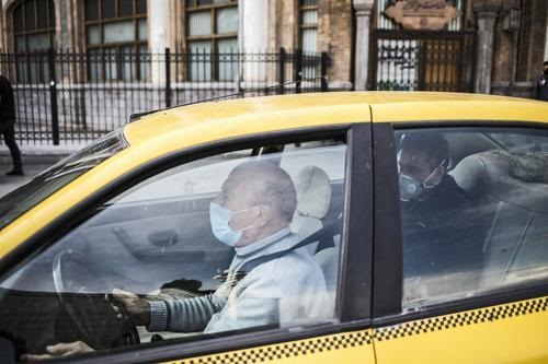 德黑兰的出租车司机和乘客 图片来源:新华社