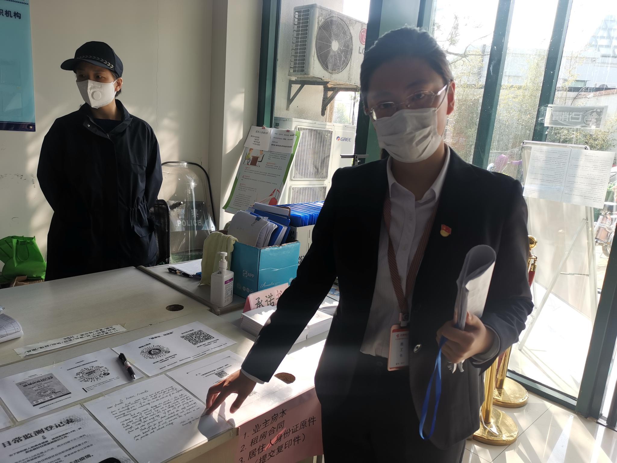 """通州社区""""翻译官""""上线 帮助外籍人士翻译防疫措施图片"""