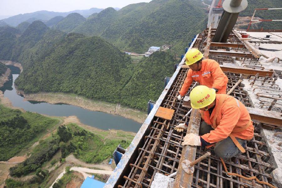 克日,由中铁广州局承建的贵州遵余高速湘江大桥工程在做好疫情防控的同时,尽力规复出产建立。 新华社记者 刘续 摄