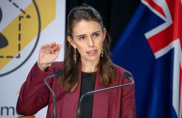 4月27日,新西兰总理杰辛达·阿德恩在首都惠灵顿举行的新闻发布会上讲话。新华社发