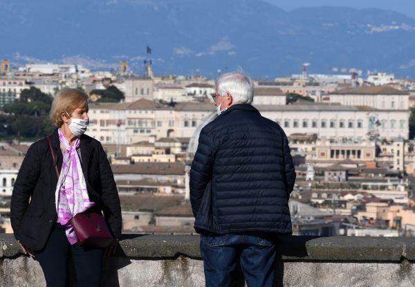 4月26日,在意大利首都罗马,一对夫妇欣赏风景。新华社发
