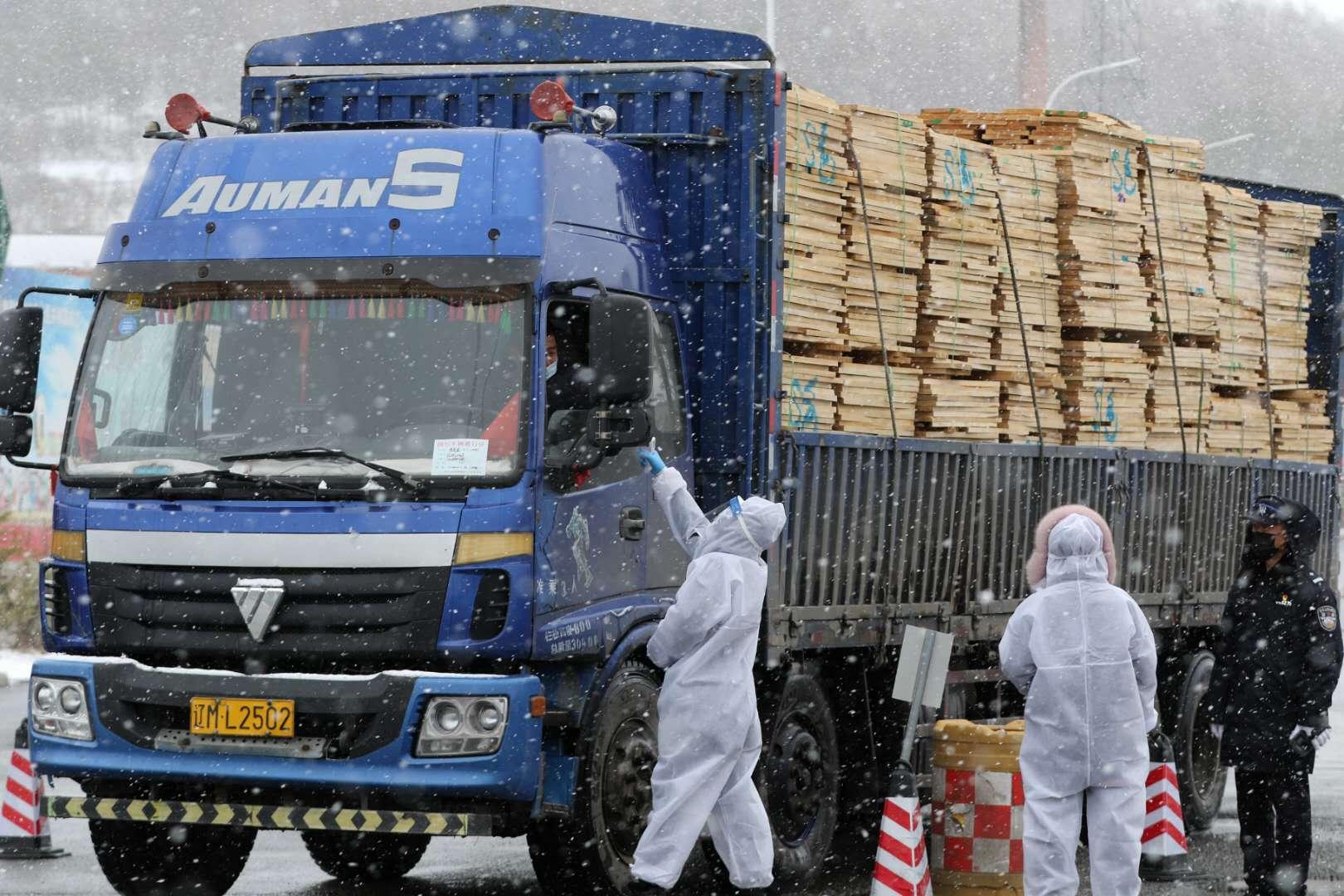 绥芬河港口事情职员在货检通道检测货车驾驶员