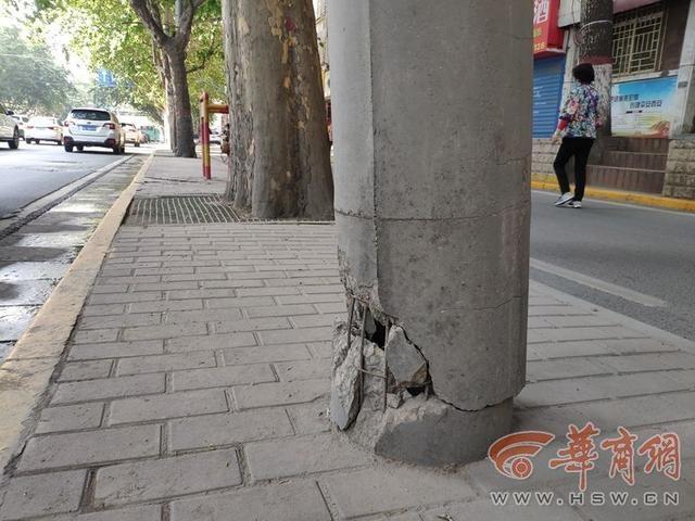 太危险!太白北路一路灯杆底部破损断裂 存在安全隐患