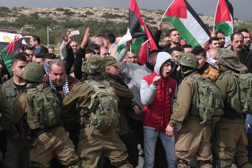 资料图片:1月29日,在约旦河西岸城市图巴斯东部的泰亚西尔检查站,巴勒斯坦示威者与以色列士兵对峙。新华社发