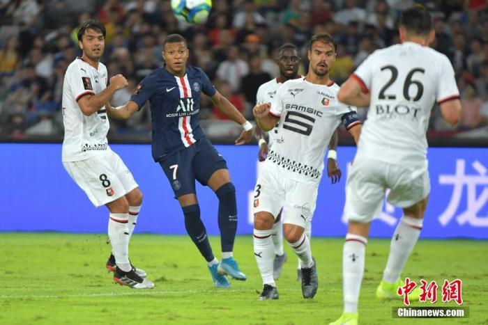 2019年8月3日晚,法国超级杯在深圳龙岗大运中心体育场举行,巴黎圣日耳曼队(蓝)以2:1胜雷恩队(白)。图为7号姆巴佩在进攻中。 中新社记者 陈文 摄