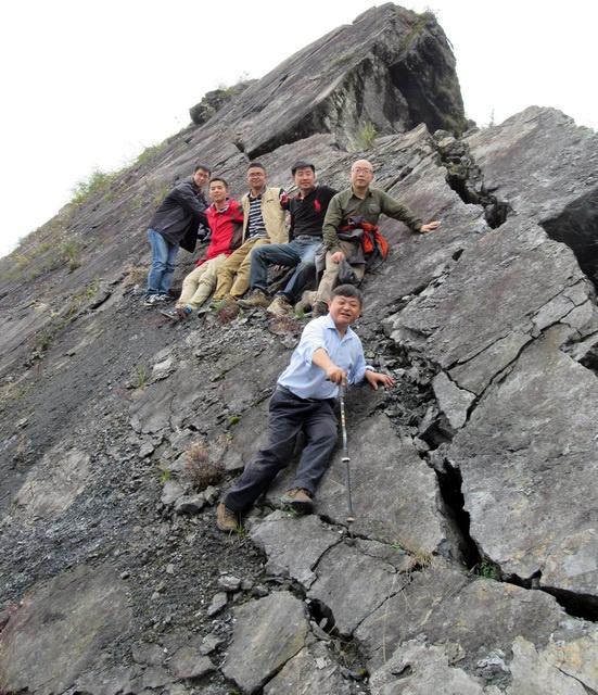 黄润秋(前)地点的研究团队对汶川地动诱发的巨型滑坡大光包举行地质科学观察。资料泉源:成都理工大学
