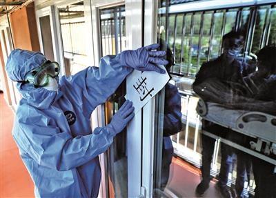 """小汤山医院新冠肺炎患者全部""""清零""""最后两名患者昨天顺利出院首批912名队员零感染回家"""